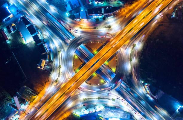 vue aérienne et vue de dessus du trafic sur les rues de la ville à bangkok, thaïlande. voie rapide avec beaucoup de voiture. - rond point carrefour photos et images de collection