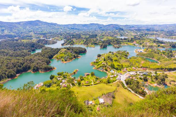 luftbild-stausee penol guatape panorama an einem sonnigen tag - sprüche über reisen stock-fotos und bilder