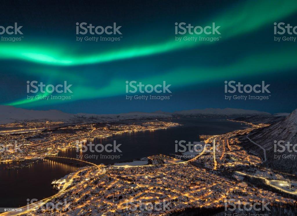 Luftaufnahme in der Nacht vom Storsteinen Hill auf Tromsø Stadt mit schönen Formen der Aurora borealis – Foto