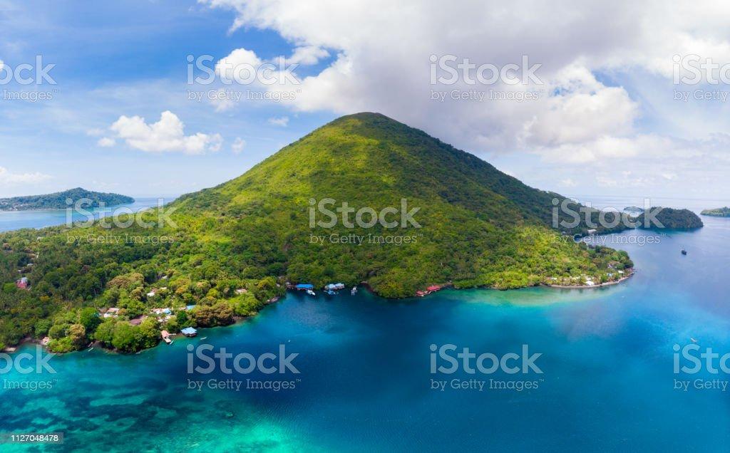Archipel de Vista Aérea Banda Îles Moluques en Indonésie, Pulau Gunung Api, des coulées de lave, plage de sable blanc de récif corallien. Destination touristique voyage top, meilleur, plongée avec tuba. - Photo