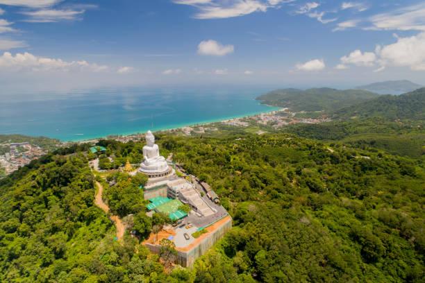 vue aérienne big bouddha de phuket thailand hauteur: 45 m. structure en béton armé orné de jade blanc marbre sanae de myanmar (birmanie) - camera sculpture photos et images de collection