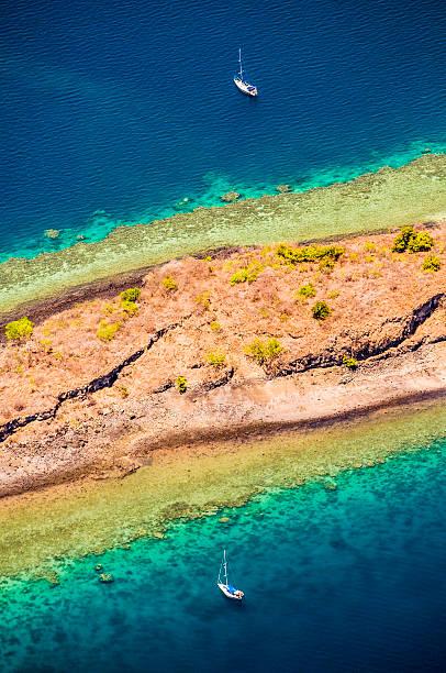 vue aérienne de bateau, coral reef, island/lagon, vue aérienne, de la collectivité territoriale de mayotte - comores photos et images de collection