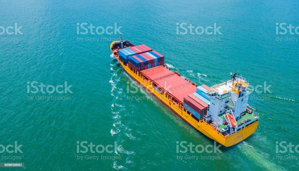 Vista aérea barco de contenedores de carga en el mar - Foto de stock de Actividad comercial libre de derechos
