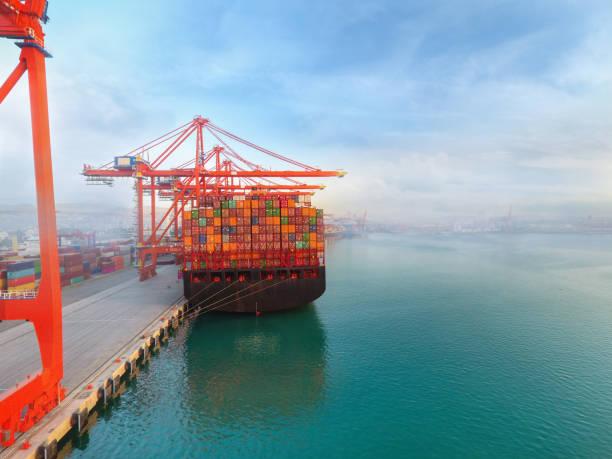 Luftbild Frachtschiff im Handelshafen. – Foto