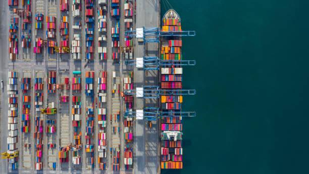 flygvy lastfartyg terminal, lossning kran av lastfartyg terminal, flygutsikt industrihamn med containrar och containerfartyg. - hamn bildbanksfoton och bilder