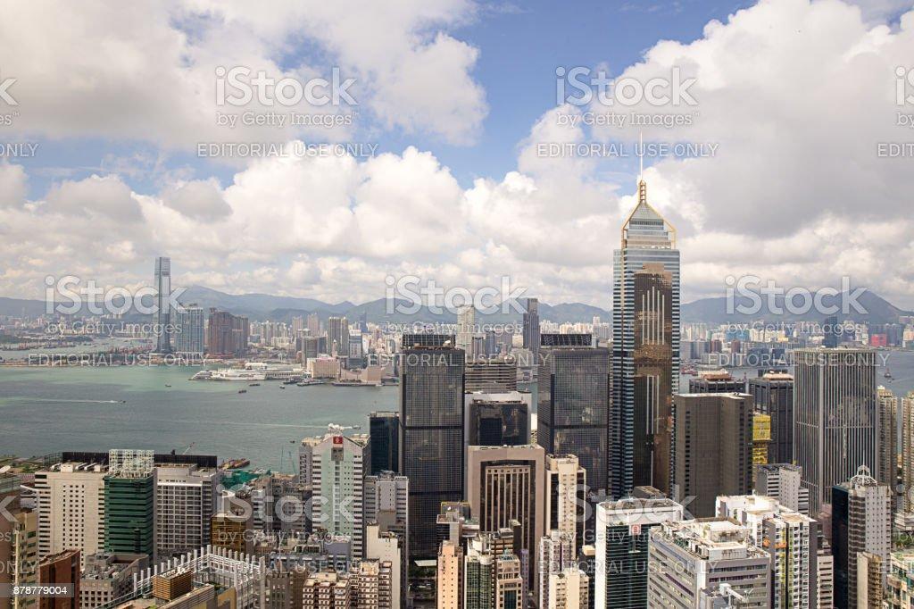 Luftbild Central Plaza und Wan Chai Distrikt mit Victoria Hafen und Kowloon Hintergrund. Wan Chai ist einer der belebtesten Einkaufsstraßen in Hong Kong. – Foto