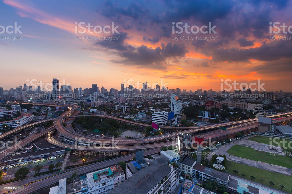 Aerial view cityscape and highway with sunset sky Lizenzfreies stock-foto