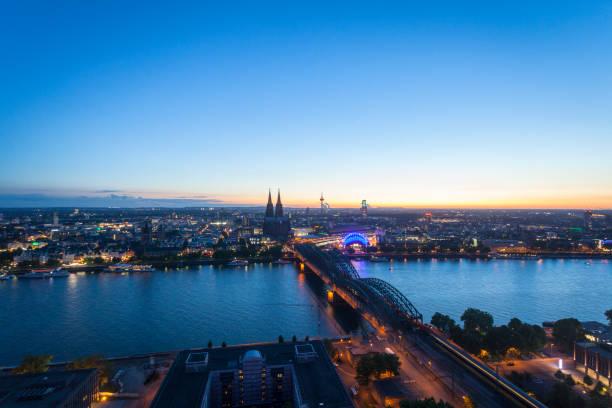 Luftbild Stadtbild von Köln zur blauen Stunde – Foto