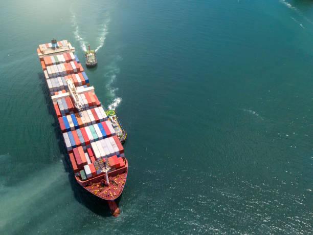 Vista aérea nave de carga de contenedores en el mar que transporta a terminal Port, industria logística de negocios y transporte en Thailan - foto de stock