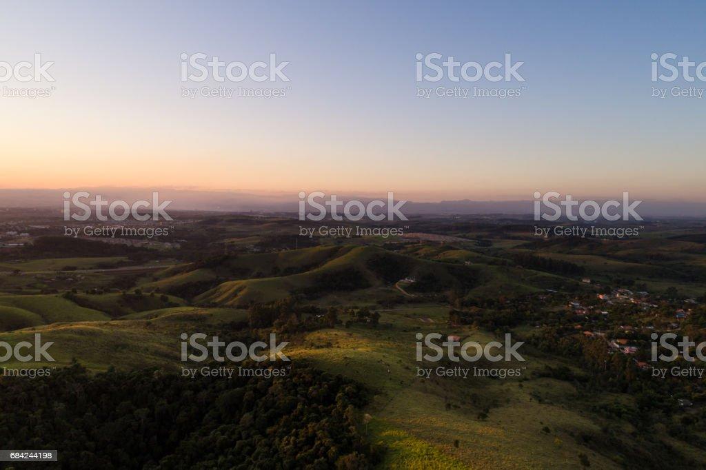 Vista aérea paisagem campestre com montanhas - foto de acervo