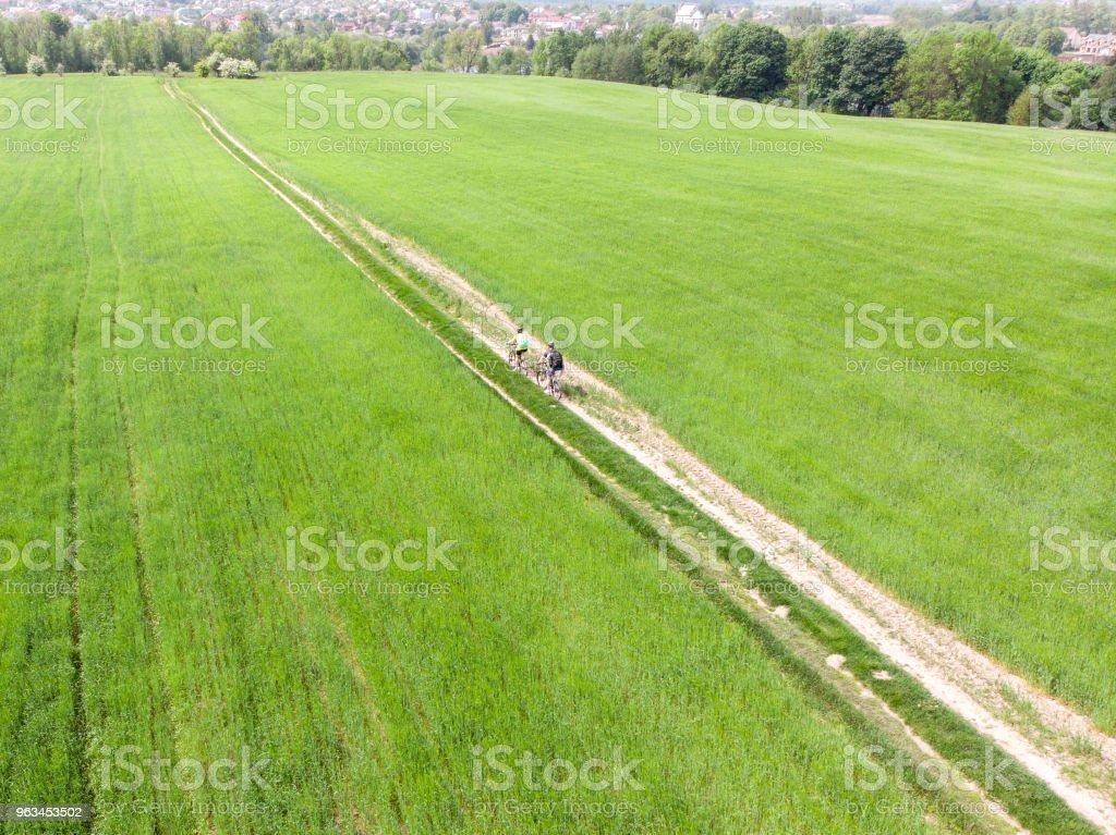 havadan görünümü. Çift binicilik bisiklet yeşil alan. iz yolu. arka plan üzerinde şehir - Royalty-free Arpa Stok görsel