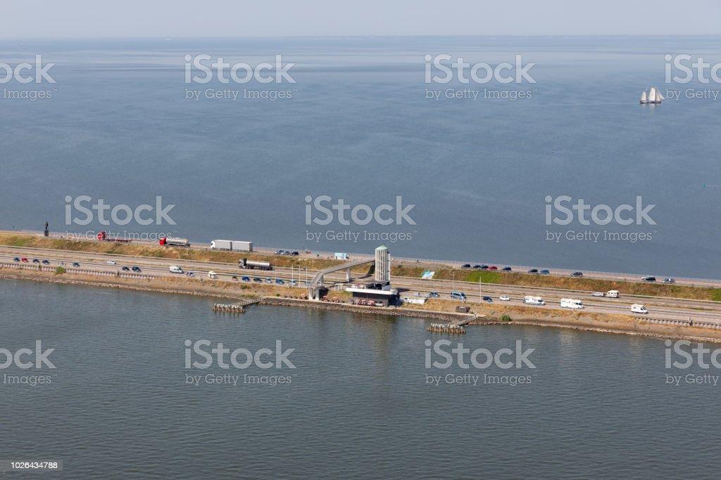Luchtfoto Nederlandse afsluitdijk, scheiding tussen IJsselmeer en Waddenzee foto