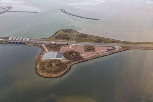 Luchtfoto Nederlandse Dijk Afsluitdijk tussen IJsselmeer en Waddenzee foto