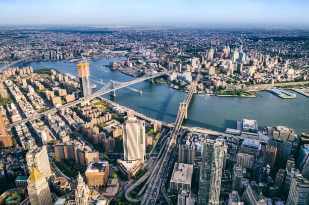 Vista aérea de pontes de helicóptero da BMW. Brooklyn, Manhattan e pontes Williamsburg. Nova Iorque - foto de acervo