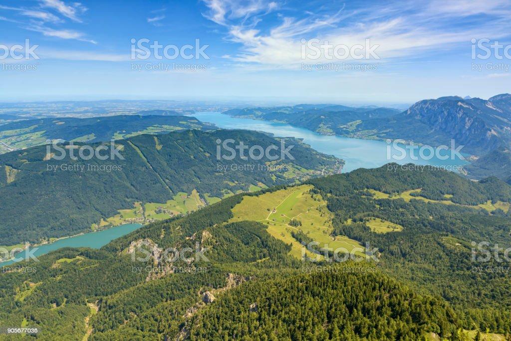 Luftbild vom Berg Schafberg über alpine Landschaft mit den Attersee, Salzkammergut, Oberösterreich – Foto