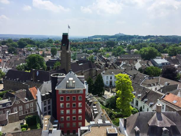 luchtfoto van de sint janskerk-toren (sint-jan) in het stadsbeeld van maastricht, nederland - maastricht stockfoto's en -beelden