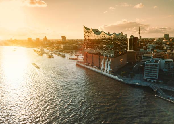 Luftaufnahme vom Wasser auf Hamburg Hafen City bei Sonnenuntergang – Foto