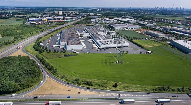 aerial view grossmarkthalle frankfurt and highway a5 - industriegebied stockfoto's en -beelden