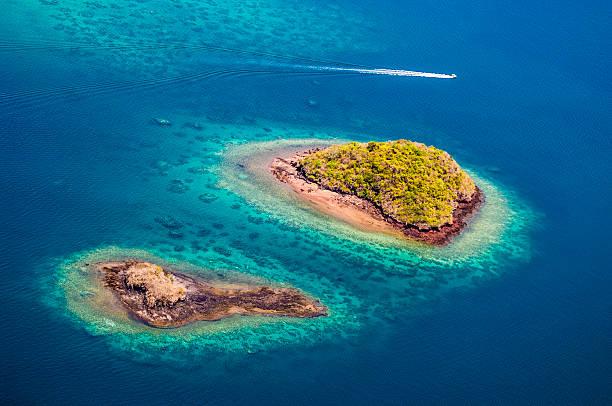 vue aérienne de l'île, le lagon, coral reef, l'île, vue aérienne, de la collectivité territoriale de mayotte - comores photos et images de collection
