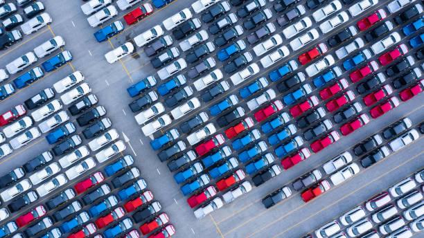widok z lotu ptaka nowe samochody na sprzedaż wiersz partii, new cars dealer zapasów import eksportu biznesu logistycznego globalnego. - duża grupa obiektów zdjęcia i obrazy z banku zdjęć