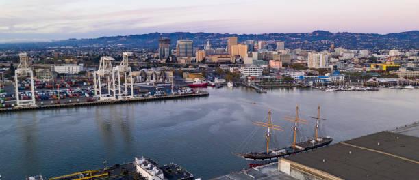 horizonte del centro antena vista oakland puerto puerto ciudad - oakland fotografías e imágenes de stock