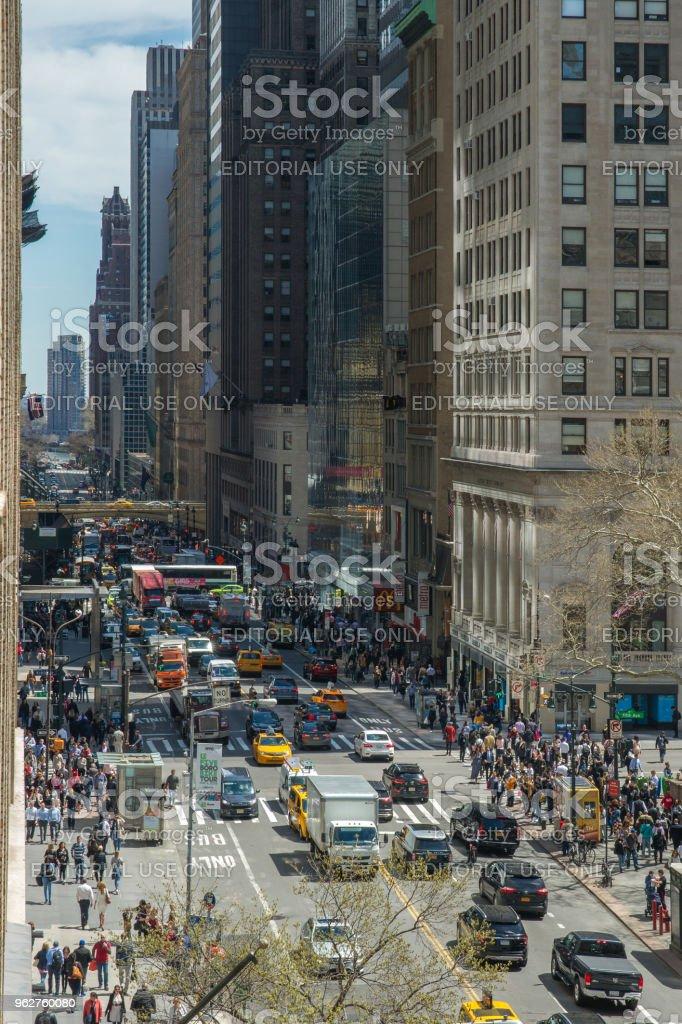 Vista aérea da rua 42 da 5th Ave para East River - Foto de stock de Acima royalty-free