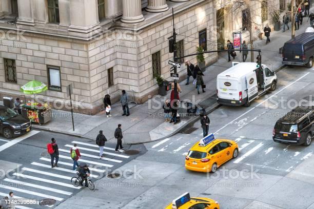 ヘラルドスクエアマンハッタンニューヨーク市で6番街のロード ...