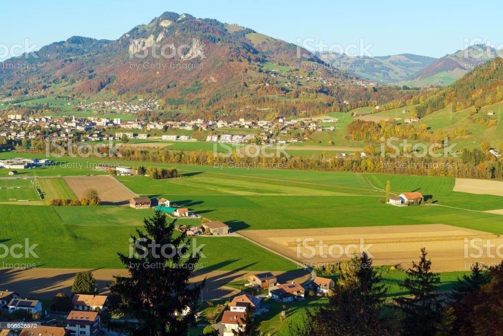 Luftaufnahme von einer wunderschönen Landschaft mit traditionellen Häusern, grüne Wiesen, Gruyères, Schweiz - Lizenzfrei Alt Stock-Foto