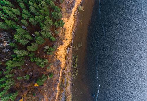 Foto de Vista Aérea De Uma Costa Do Rio e mais fotos de stock de Areia