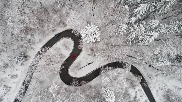 Luftaufnahme einer kurvigen Straße im winter – Foto