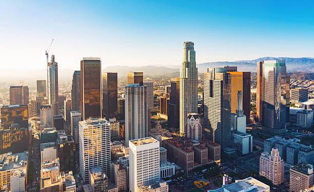 вид с воздуха на центр лос-анджелеса на закате - деловой центр города стоковые фото и изображения
