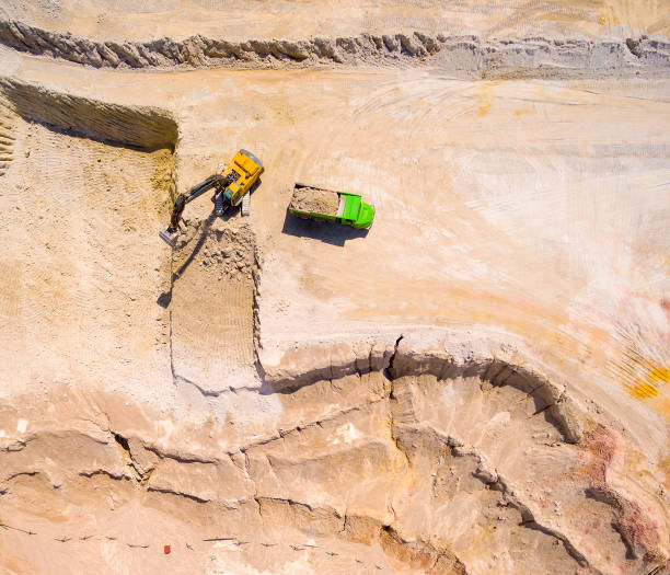 Luftaufnahme eines Baggers in der Mine arbeiten oder Baustelle. – Foto