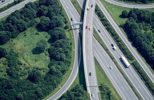 空から見た、高速道路の交差点 - トラック ストックフォトと画像