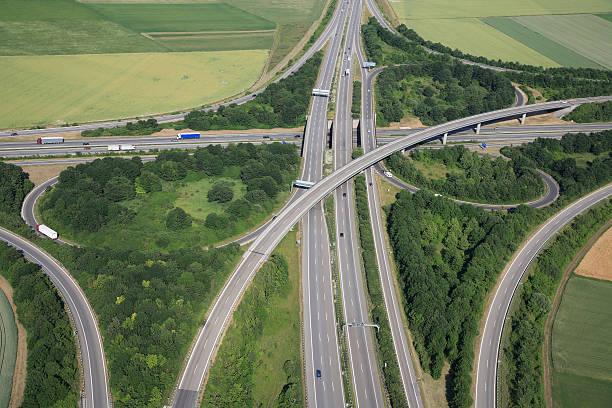 luftbild von einer highway kreuzung - pickup trucks stock-fotos und bilder