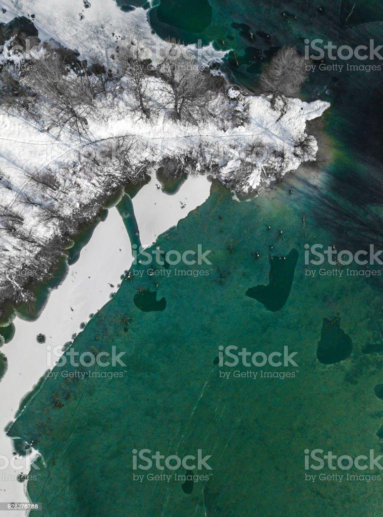 Luftaufnahme eines Sees im winter – Foto