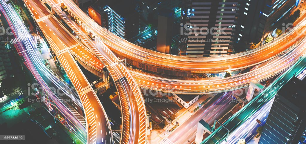 Luftaufnahme von einem massiven Autobahnkreuz in Tokio, Japan – Foto