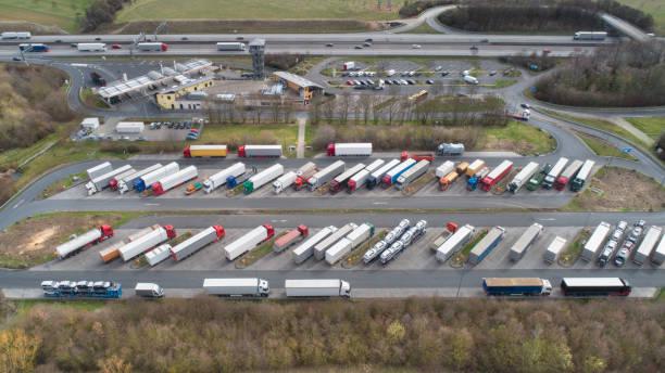 Luftbild eines Rastplatzes auf der Autobahn – Foto