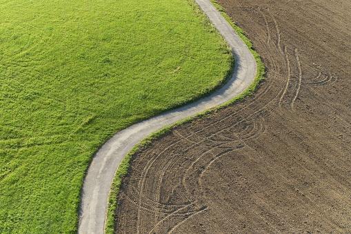在草甸和領域之間的路徑鳥瞰 照片檔及更多 切半 照片