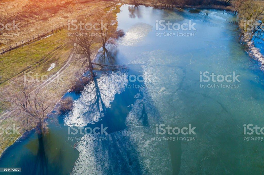 Vista aérea de um rio com gelo flutuante no início da primavera. Paisagem rural. Natureza selvagem - Foto de stock de Avião sem piloto royalty-free