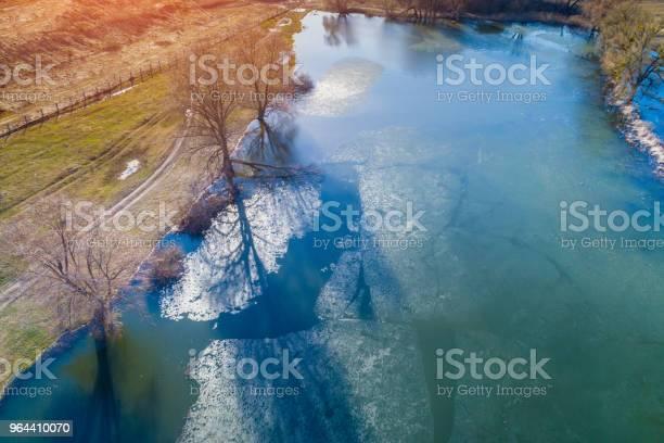Foto de Vista Aérea De Um Rio Com Gelo Flutuante No Início Da Primavera Paisagem Rural Natureza Selvagem e mais fotos de stock de Avião sem piloto