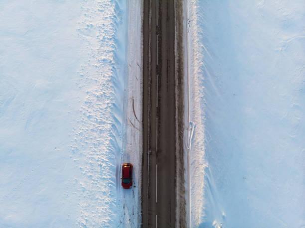 Luftaufnahme einer Straße in Winterlandschaft – Foto