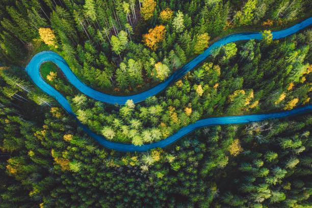 Luftaufnahme einer ländlichen Berglandschaft mit einer kurvenierten Straße – Foto