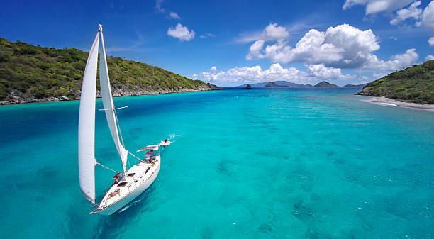Vista aérea de un barco de vela viaja a través de el Caribe - foto de stock