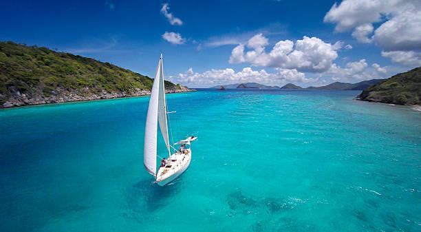 Vue aérienne de Sloupe voile sur la mer des Caraïbes - Photo