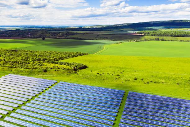 Luftaufnahme eines Solarpanel-Energiefeldes auf dem Land – Foto
