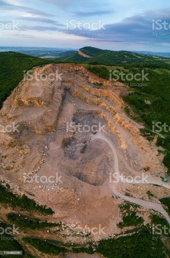 Vue aérienne d'une carrière de pierre. photo libre de droits