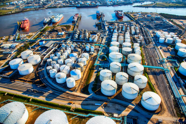 aerial view of a texas oil refinery and fuel storage tanks - benzina foto e immagini stock