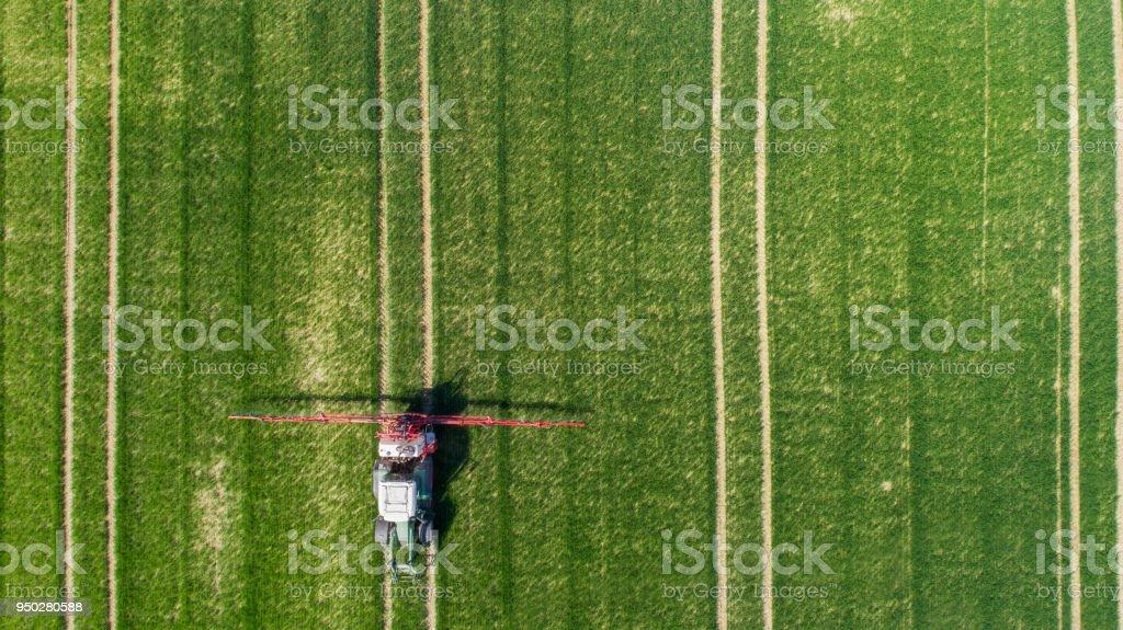 Vista aérea de un tractor en el campo verde - foto de stock