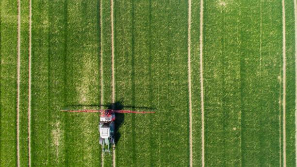 luftaufnahme eines traktors auf grüner wiese - aerial view soil germany stock-fotos und bilder
