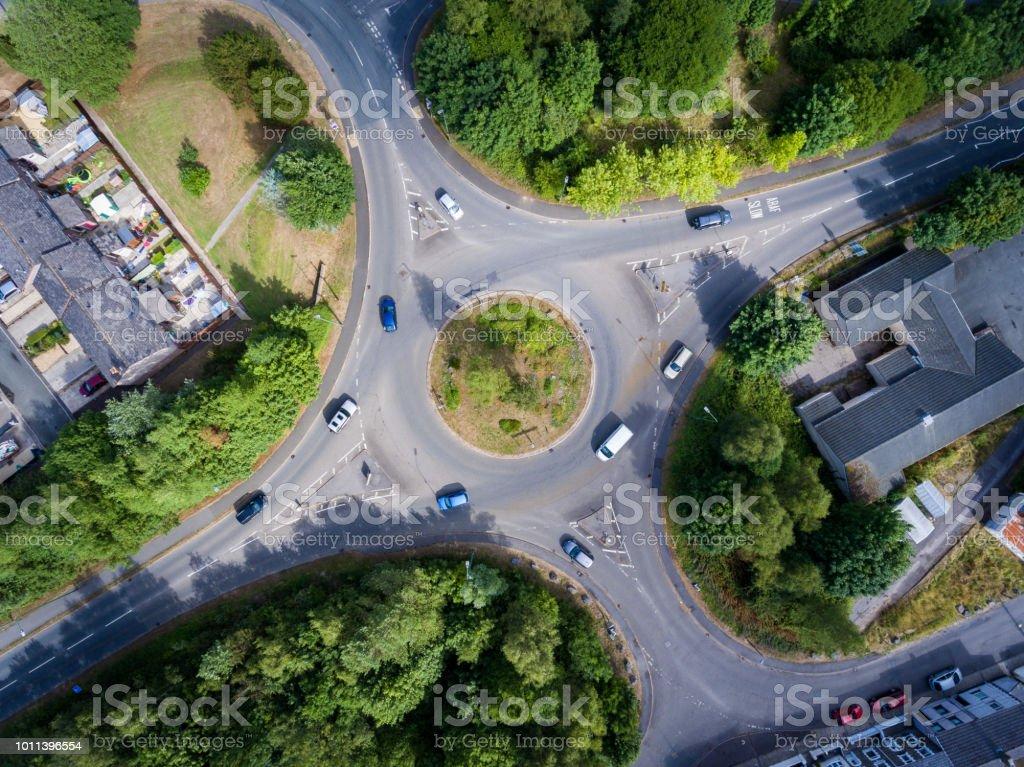 Vue aérienne d'un rond-point UK - Photo de Arbre libre de droits